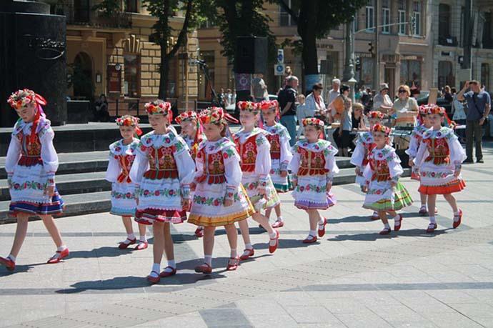 Ukranian children dressed in traditional dress.