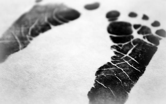 Baby Feet on Birth Certificate por Katelyn Kenderdine